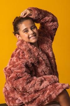 Linda menina com roupa de inverno.