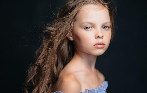 Linda menina com vestido de luxo penteado studio. foto de alta qualidade