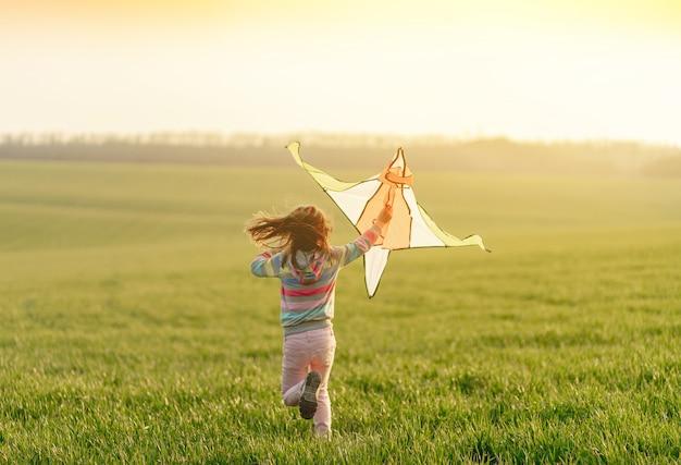 Linda menina correndo com pipa