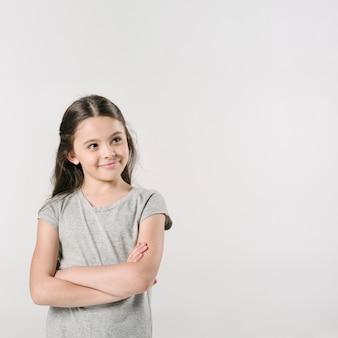 Linda menina de pé e sorrindo no estúdio