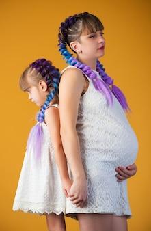 Linda menina e mãe grávida