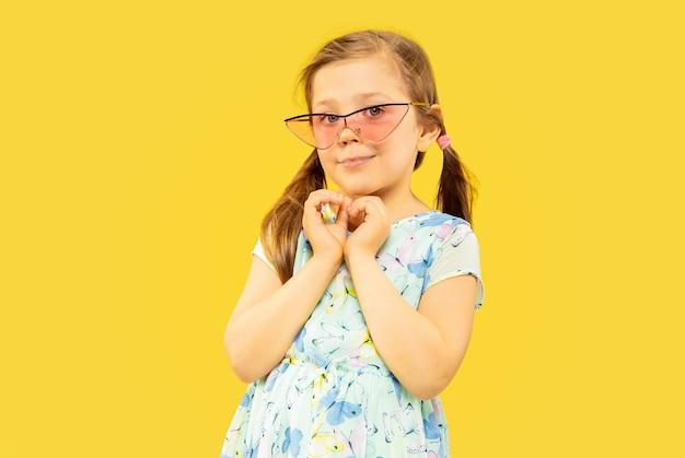 Linda menina emocional isolada em amarelo