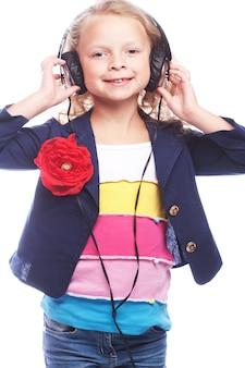 Linda menina feliz com fones de ouvido. isolado no branco.