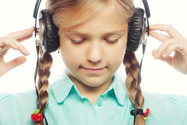 Linda menina feliz com fones de ouvido