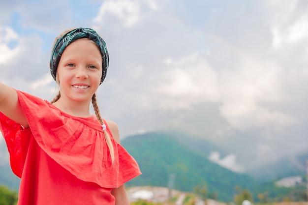 Linda menina feliz nas montanhas