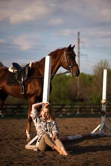 Linda menina morena com seu cavalo ao ar livre