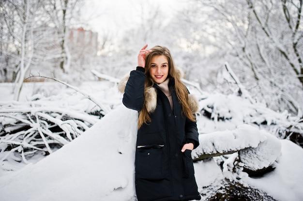Linda menina morena em roupas quentes de inverno. modelo de jaqueta de inverno.
