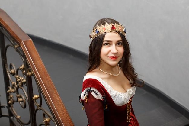 Linda menina morena em traje de princesa