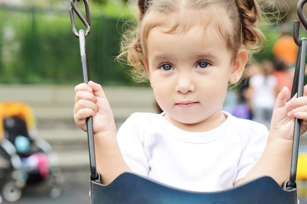 Linda menina no parque