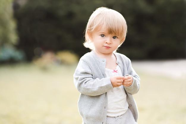 Linda menina posando em um parque ao ar livre