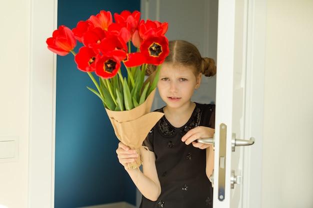 Linda menina, segurando o buquê de flores