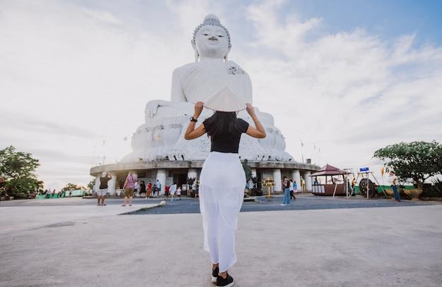 Linda menina tailandesa visitando o grande buda em phuket