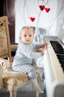 Linda menina tocando piano na sala de luz
