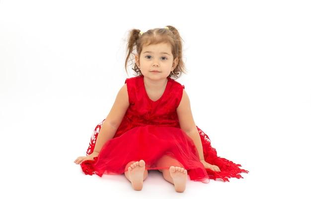 Linda menina vestida de vermelho isolada em uma superfície branca