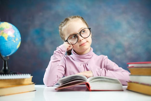 Linda menininha ler livro pensativamente