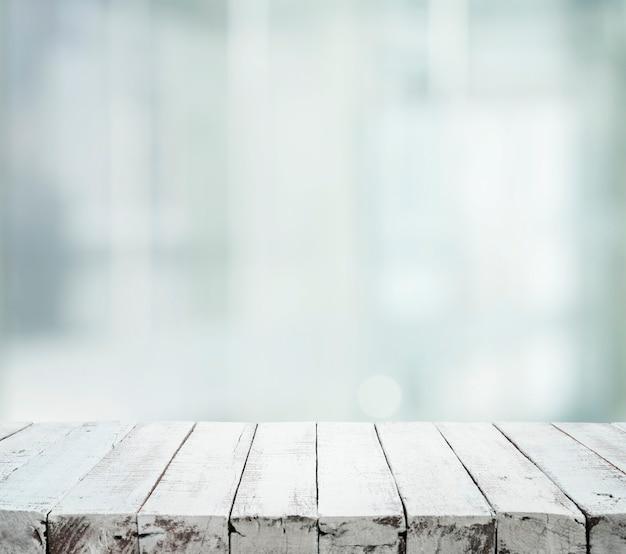 Linda mesa de textura de madeira branca sobre fundo vermelho bokeh.