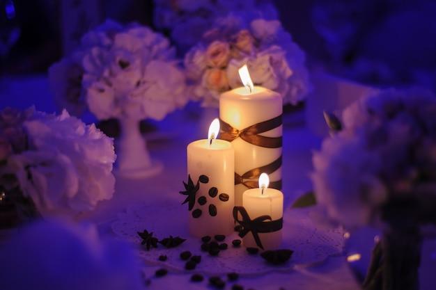 Linda mesa decorada com enfeites de flores e velas