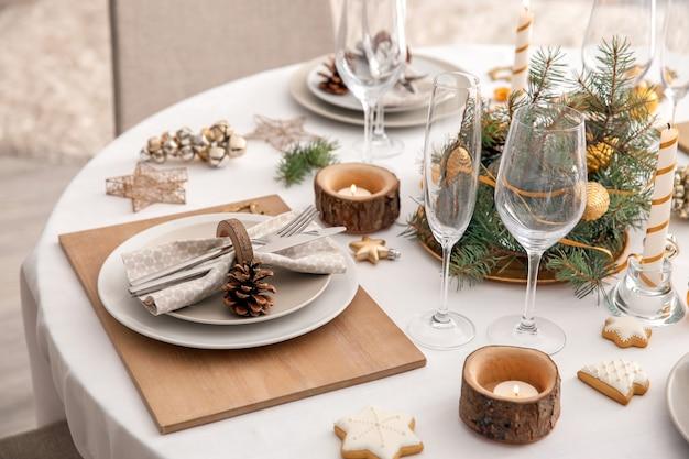 Linda mesa posta para o jantar de natal