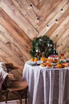 Linda mesa servida com decorações, velas e lanternas. sala de estar decorada com luzes. clouse-up