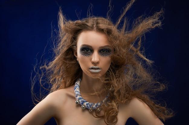 Linda modelo com cabelos dispersos.