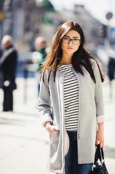Linda modelo com lojas de óculos
