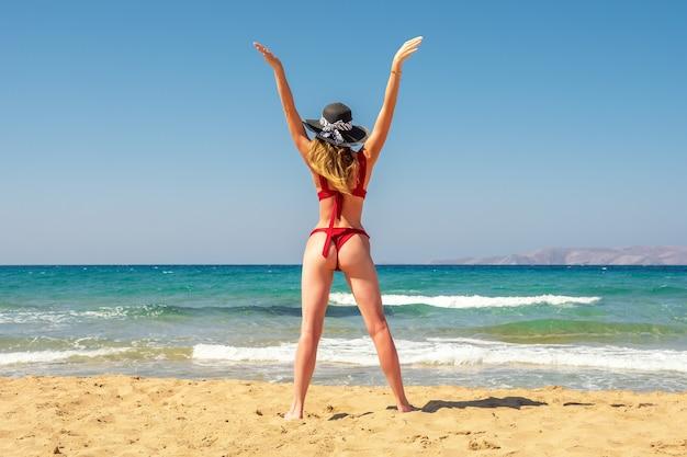 Linda modelo de maiô em uma praia de areia