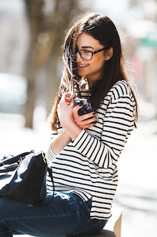 Linda modelo de óculos sentada