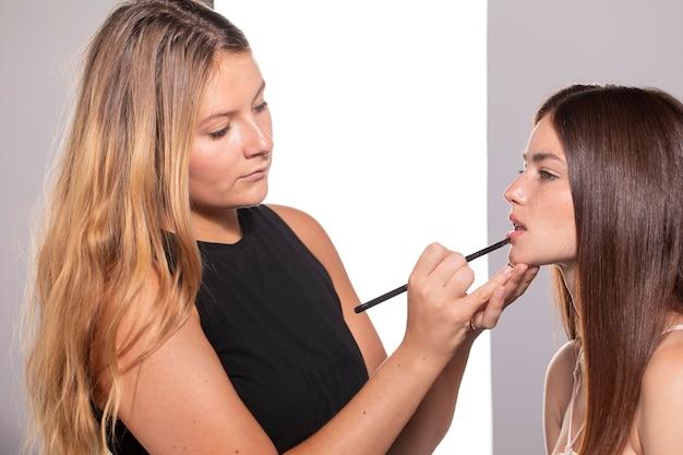 Linda modelo feminina com maquiagem natural feita por artista profissional