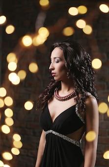 Linda modelo feminina em vestido de noite no restaurante