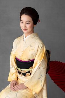 Linda modelo japonesa com guarda-chuva vermelho