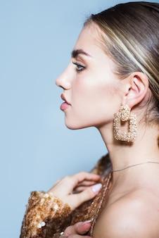 Linda modelo menina beleza maquiagem cosméticos spa skincare bem-estar acessórios elegantes na moda