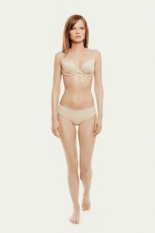Linda modelo posando de cueca