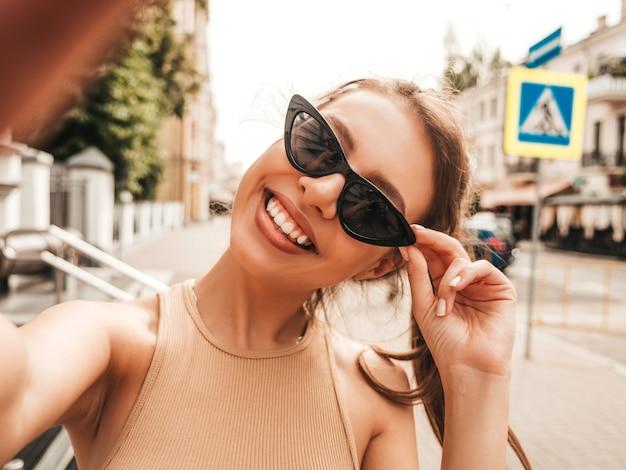 Linda modelo sorridente com roupas casuais de verão