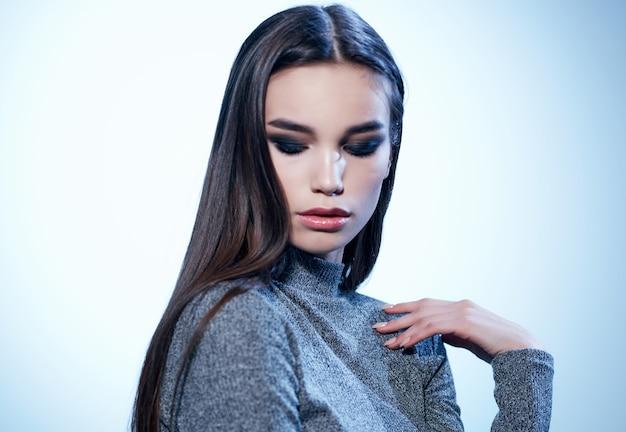Linda morena glamour moda studio. foto de alta qualidade