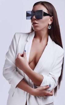 Linda morena linda com óculos da moda na jaqueta branca