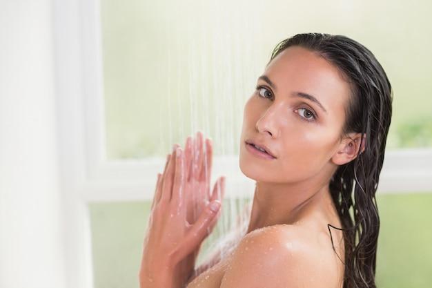 Linda morena tomando banho