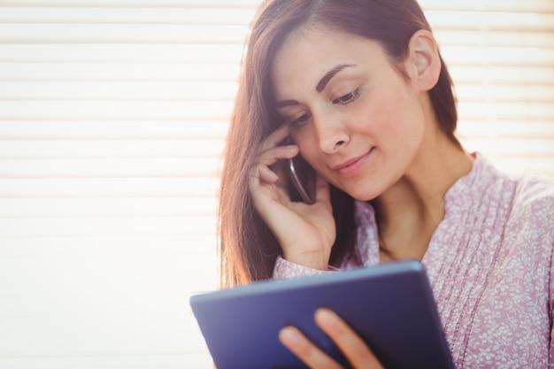 Linda morena usando seu tablet