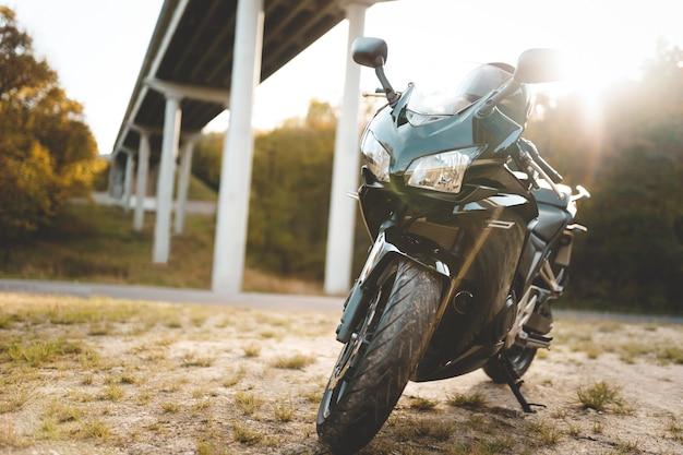 Linda motocicleta estacionada