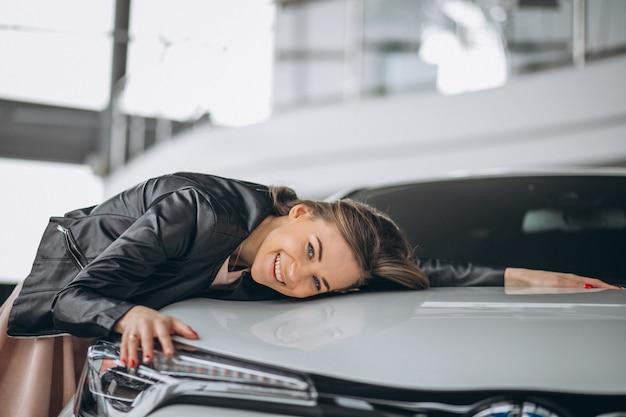Linda mulher abraçando um carro