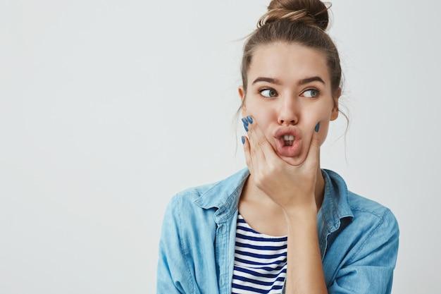 Linda mulher adolescente fazendo caretas engraçadas