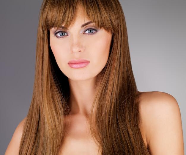 Linda mulher adulta com cabelo comprido