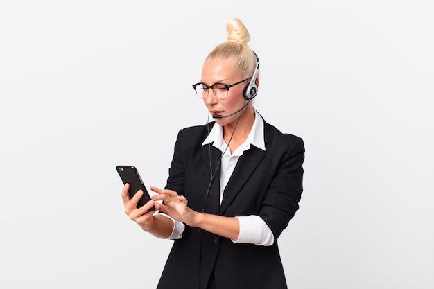 Linda mulher adulta com fone de ouvido funcionando