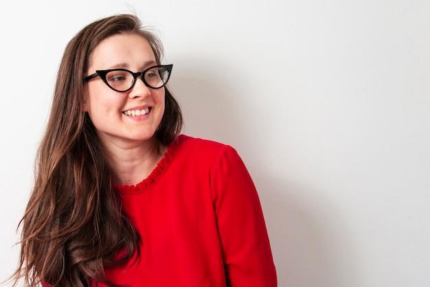 Linda mulher adulta com óculos