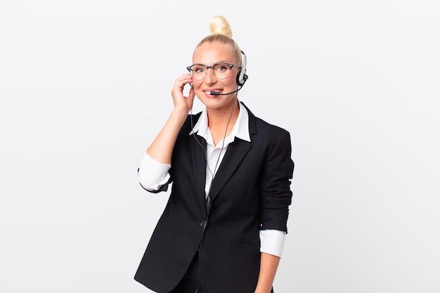 Linda mulher adulta com um fone de ouvido funcionando