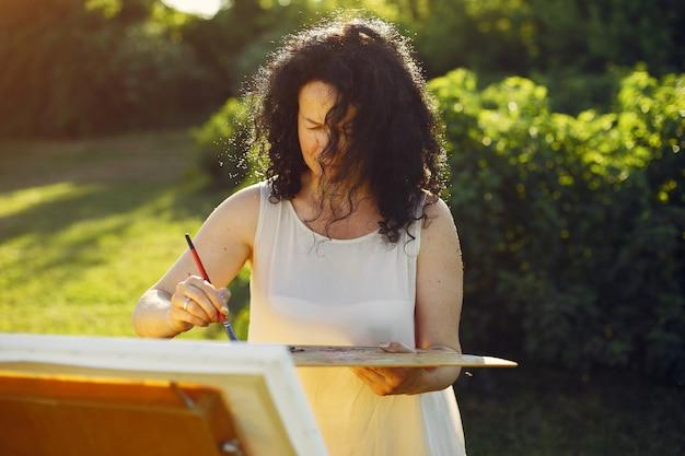 Linda mulher adulta de desenho em um campo de verão