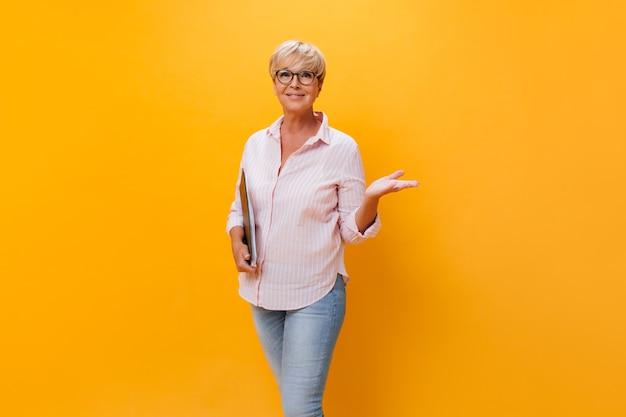 Linda mulher adulta em óculos posando com folhas de papel