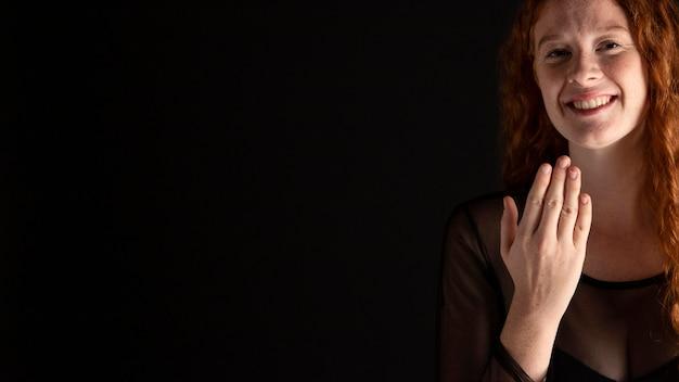 Linda mulher adulta ensinando linguagem de sinais