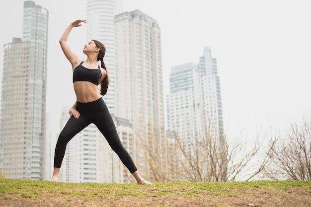 Linda mulher adulta exercitando