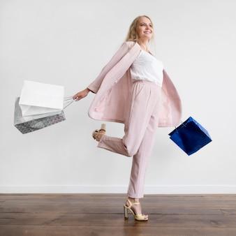 Linda mulher adulta feliz com compras