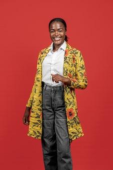 Linda mulher africana com casaco floral